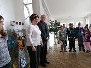 Vyhodnocení fotosoutěže v kopidlenské škole za účasti starostky Hany Masákové.