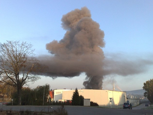 Požár v areálu novopacké firmy v ulici Legií, čtvrt hodiny po vypuknutí požáru.