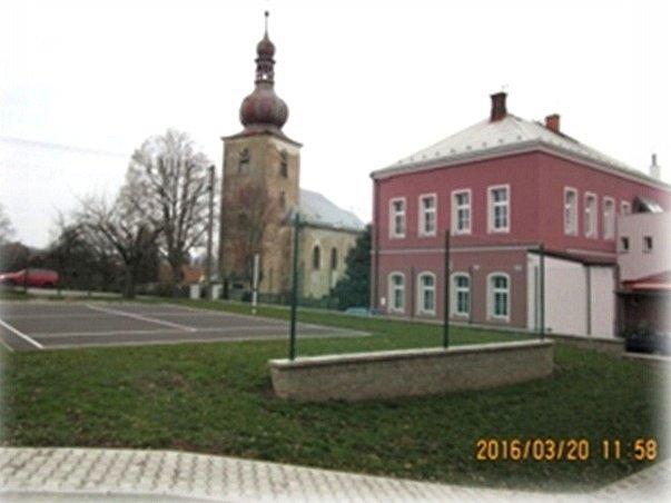 Budova úřadu a školy v Úlibicích.