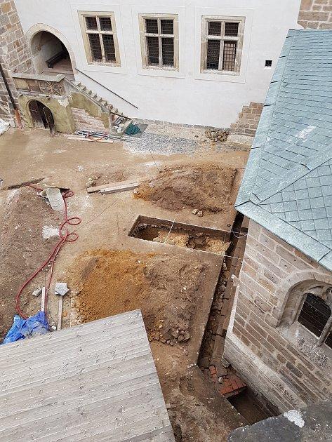 Hrad Kost vČeském ráji. První obrázek nabízí pohled na relikty obranné věže tzv. bergfrit, objevené vroce 2020.Druhý na základy brány odkryté vroce 2019.
