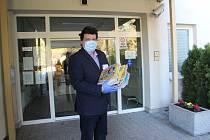 Časopisy z vydavatelství Vltava Labe Media jako jsou Vlasta, Kreativ, Křížovkář, Překvapení, Dům a zahrada by měly rozptýlit v koronavirové karanténě obyvatele uzavřených domovů seniorů. Jičínský deník daroval magazíny novopackému a jičínskému zařízení.