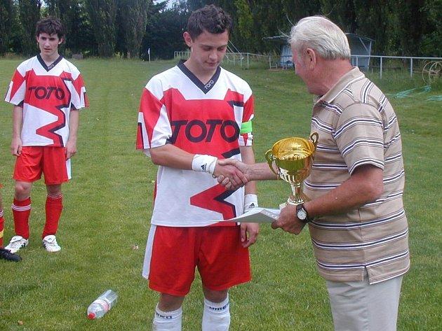 Hned po zápase předal předseda OFS František Materna (vpravo) do rukou kapitána železnického dorostu Petra Vilímka pohár, kterým je potvrzen titul okresního přeborníka.