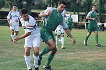 Sobotecký kapitán Daniel Ort (vlevo v bílém dresu) bojuje o míč s libáňským  obráncem Jiřím Vondráčkem. Okresní derby přineslo šest gólů, skončilo 3:3,  a tak se body  dělily.