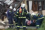 Ze zbořeného objektu byl vynesen zraněný.