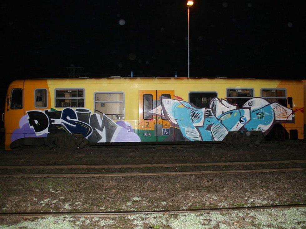 Posprejovaná vlaková souprava v Mladějově.