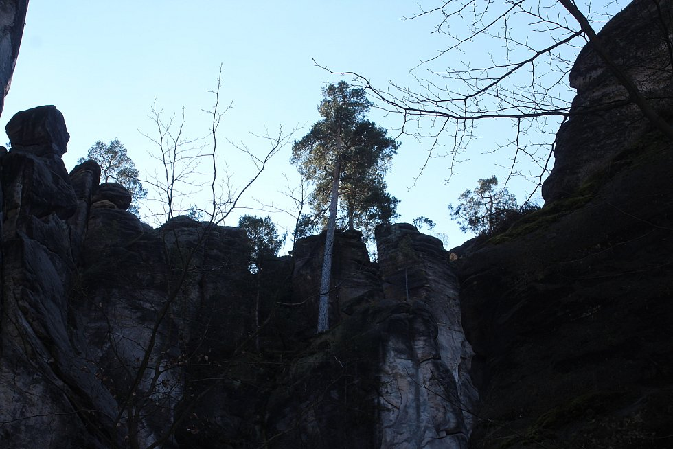 I v neděli bylo v Prachovských skalách nezvykle rušno, lidé využívali poslední chvíle volného pohybu k procházce v přírodě. Do Pelíšku se přišly smočit i dvě otužilkyně z Jičína.    I ony musí na tři týdny na otužování v přírodě zapomenout.