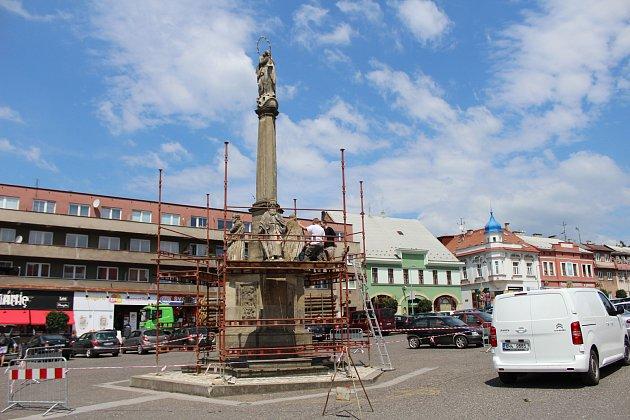 Odborné záchranné práce na památkově chráněném objektu se týkají soch čtyř světců a dokončeny by měly být do konce října letošního roku.