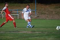 Sobotecký Zdeněk Přikryl (na snímku vpravo) pomohl svému týmu k devátému místu po podzimní části 1. A třídy.  Na snímku zachycen při střelbě v domácím utkání s Ohnišovem.