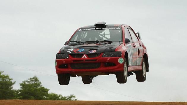 Autokrosový jezdec musí ovládat vozidlo a znát trať. Martin Svoboda umí.