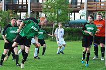 V LIBUNI se domácí fotbalisté (v tmavém)  za stavu 2:1 těšili na první vítězství v jarní části. Bohužel závěrečný dvacetiminutový tlak hostů vyústil těsně před koncem ve vyrovnávací branku.
