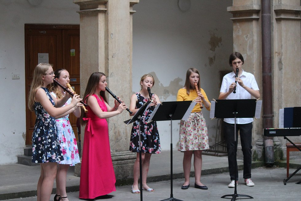 Arkádové náměstí ovládli novopačtí flétnisté. Trio Talia a Flétnium Nová Paka doplnili program festivalu o vážnou hudbu.