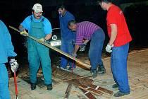 V jičínském sportovním areálu je rekonstruována palubovka velké tělocvičny.