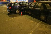 Nehoda na parkovišti u jičínského obchodního domu.