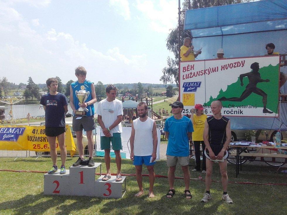 Nejlepších šest mužů hlavního závodu na 8000 metrů v rámci 41. ročníku Běhu lužanskými hvozdy.