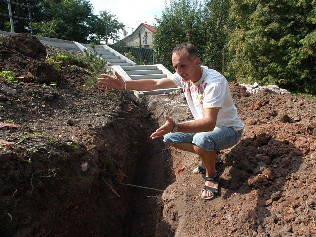 Bělohradský místostarosta Jiří Bičiště v prostoru, kde bude postavena opěrná zídka.