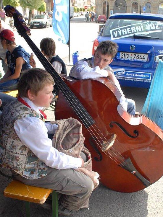 Hudebníci z místní základní umělecké školy před vystoupením.
