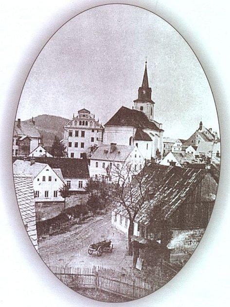 Motiv z pozvánky vydané Novou Pakou jako informativní tiskovinu - program oslav 650 let města.