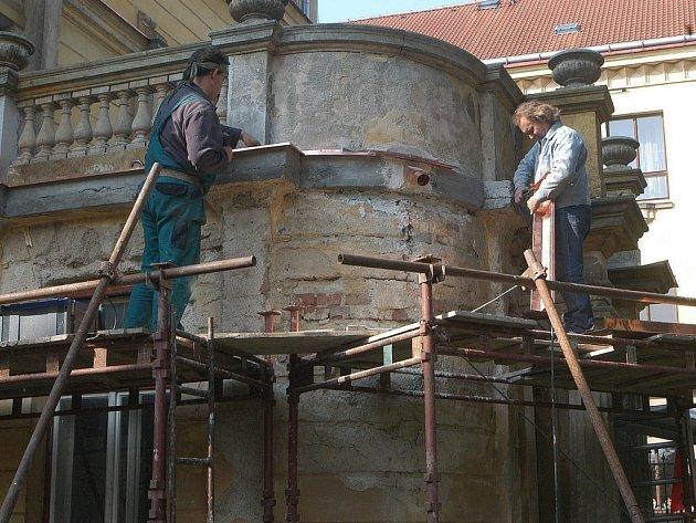Oprava části historické budovy.