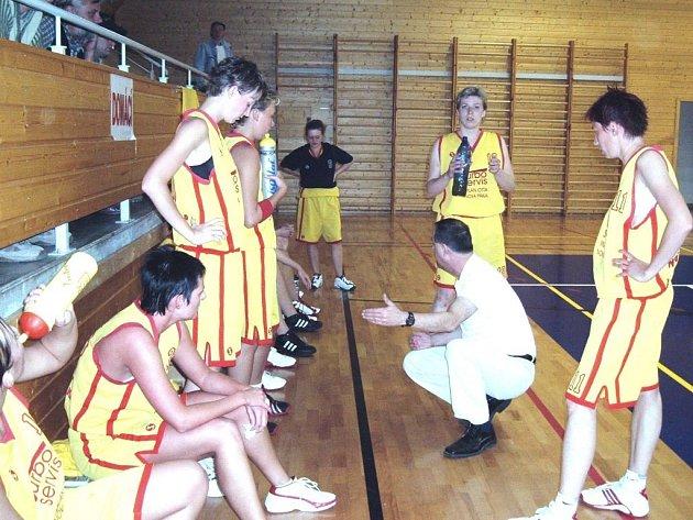 Hráčky při oddechovém čase pozorně naclouchají pokyny trenéra Václava Vávry, který družstvo vedl.