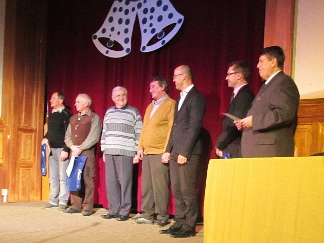 LETOŠNÍ vyhlašování nejúspěšnějších sportovců města v Nové Pace. Na snímku úplně vpravo předseda Sportovního výboru novopackého zastupitelstva František Vitoch.