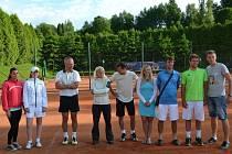 NOVOPAČTÍ TENISTÉ bojovali o druhou ligu. Zleva Z. Krupičková, V. Buřičová, J. Bartoš, T. Budilová, R. Dražný, L. Makrlíková, A. Javůrek, P. Makrlík ml. a D. Brož.