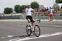 Daniel Polman při průjezdu cílem na Slovakiaringu, kde zaznamenal rekord ve čtyřiadvacetihodinovce.