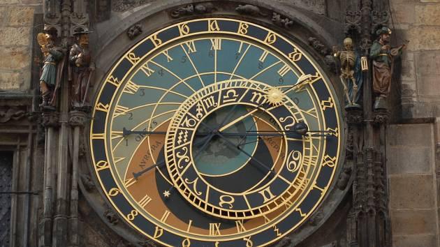 Jak přesně souvisí fungování orloje s postavením hvězd?