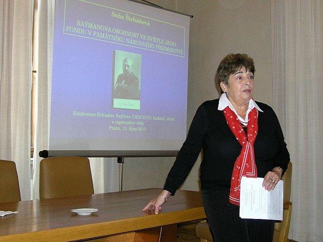 Doc. dr. Soňa Štrbáňová při referátu na pražském Raýmanovském semináři.