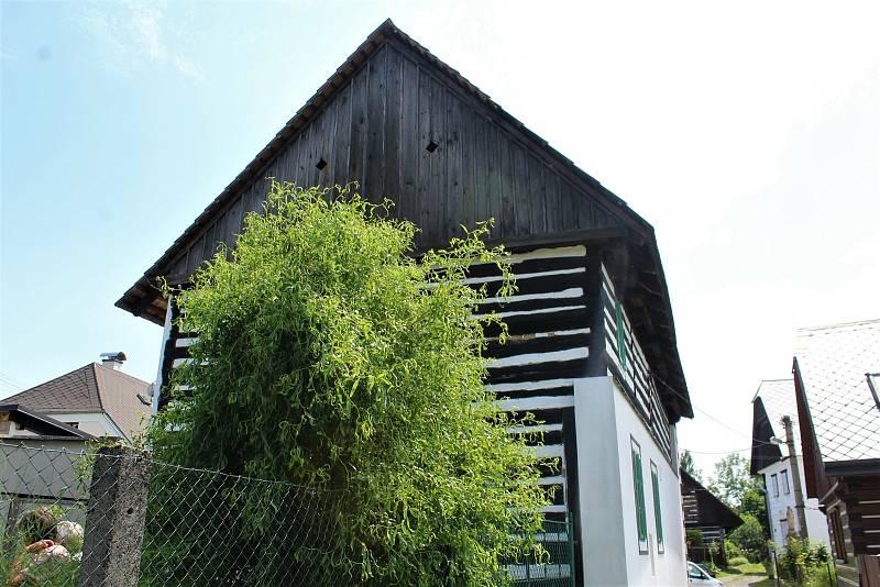 Zadní stěnu nechali dřevěnou, jinak bylo celé přízemí nutné obezdít, aby stavba nezačala sesedat.