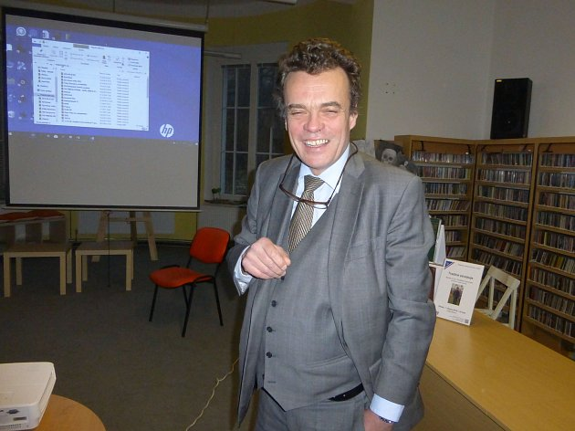 Tomáš Czernin na besedě v jičínské knihovně.