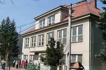 Běcharská škola je ojedinělou základní školou v republice, kde je vyučovacím předmětem včelaření.