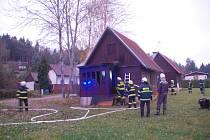 Požár chatky v obci Březka.