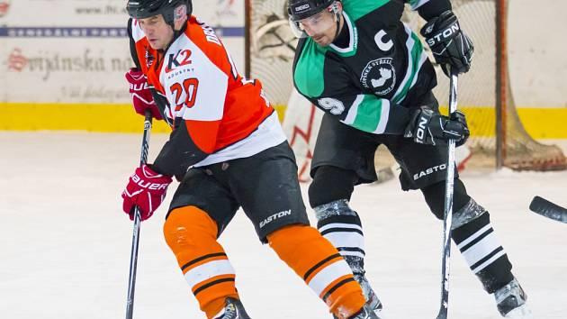 Letec Radek Drusan a Petr Starý ze Sklopísku Střeleč v duelu nadstavbové části Lomnické hokejové ligy.