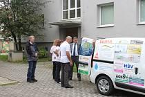 Desítky firem na Jičínsku přispěly na zakoupení nového auta pro Český červený kříž.