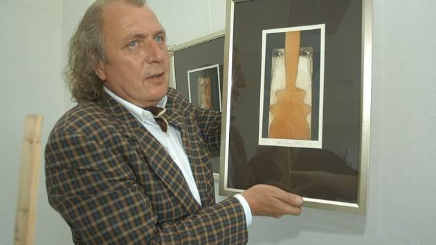 Kristian Kodet se svými obrazy.