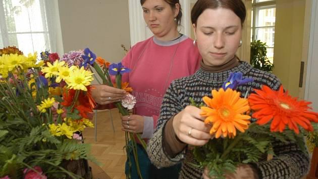 V kopidlenské zahradnické škole vytvářejí vazbu z živých květin.