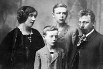 Anna Suchardová - Boudová na rodinném snímku.