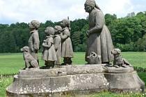 Ratibořické údolí zdobí pomník hrdinky Boženy Němcové Babičky.