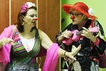 Klauniádu plnou energie si tentokrát vzaly do parády herečky Daniela Weissová alias Brigita z ciziny a Jana Machalíková v roli Sladěny.
