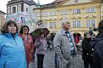 I přes nepřízeň počasí přišlo vyjádřit svůj názor ohledně chování premiéra Andreje Babiše na jičínské Valdštejnovo náměstí asi tři sta lidí.