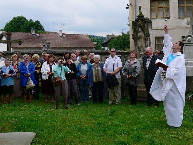 Zvon v jedné ze dvou věží kostela v Ostružně symbolicky vysvětil P. Pavel Szumilas.