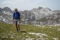 Ivan Pírko v pohoří Durmitor, v pozadí nejvyšší hota Bobotov kuk, 2553 metrů.