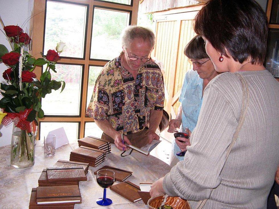 Díky spolupráci Michaila Ščigola a Martiny Komárkové vznikla knížka Modlitebník.