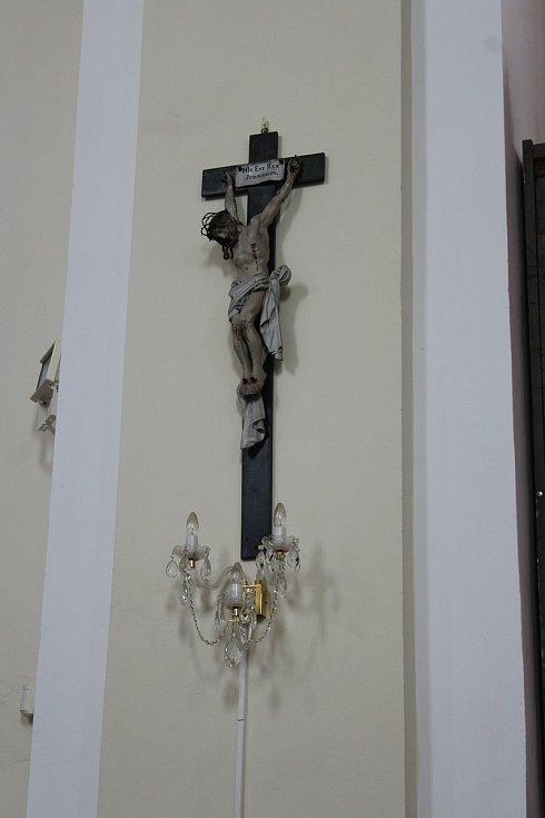 Na vzácném krucifixu napravo od oltáře zaujímá Ježíš Kristus netradiční polohu.