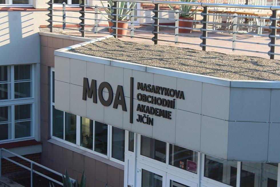 Masarykova obchodní akademie v Jičíně vstoupila už do stého školního roku.