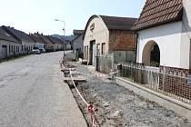 Zakletý mlázovický chodník. Podaří se stavbu dokončit v září?