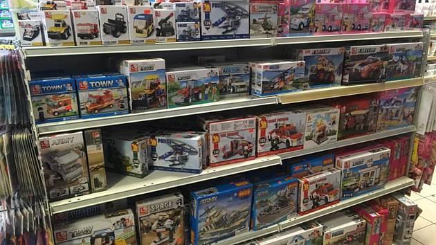 Celníci minulý týden zajistili stovky výrobků pro podezření z porušení práv duševního vlastnictví. Zasahovali i v Nové Pace.