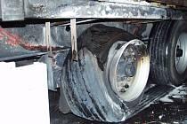 Polskému kamionu praskla pneumatika a začala hořet.