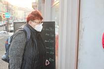 Od čtvrtečního dne je povinné nošení respirátorů. Lidé v Nové Pace v obchodě v Komenského ulici nařízení dodržují.