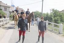 Slavnostní průvod vyrazil z místní zelárny. Na každé křižovatce obyvatele potěšili členové folklórního souboru Hořeňák a Hořeňáček. I přes silné vedro se pochodu zúčastnily desítky lidí.